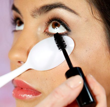 32-Makeup-Tips-That-Nobody-Told-You-About-spoon
