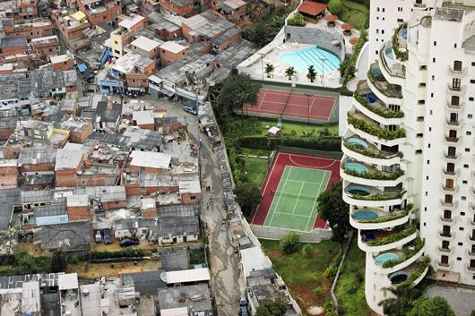 SAO PAULO, BRAZIL, 2005. The Paraisópolis favela (Paradise City shantitown) borders the affluent district of Morumbi in São Paulo, Brazil (Foto: Tuca Vieira)